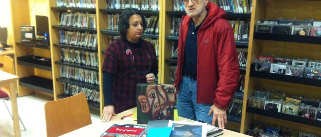 Carmen Dintén y Gonzalo Suárez, en el aula audiovisual de la biblioteca de Candás.