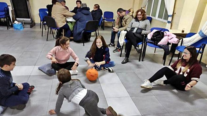 Los niños de Olmillos de Valverde participan en varios talleres con pintacaras y juegos cooperativos