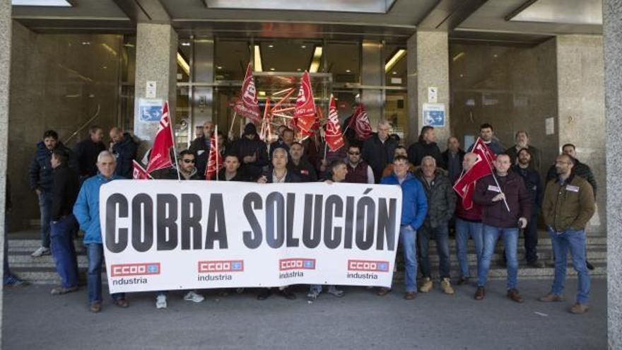La plantilla de Cobra protesta en Oviedo