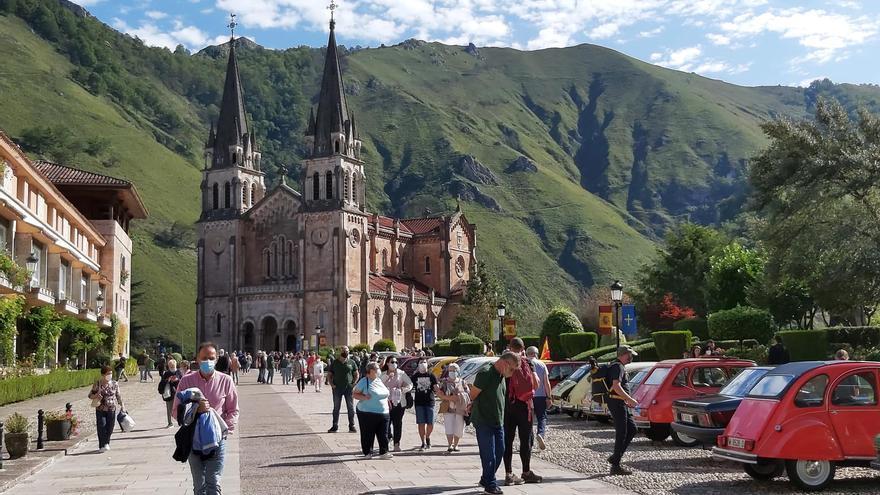 Los coches clásicos toman Covadonga en busca de la bendición de la Santina