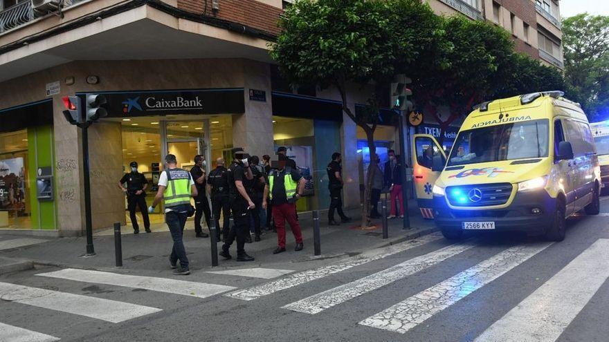 Acuchillan a un policía nacional en un atraco en un banco en Murcia
