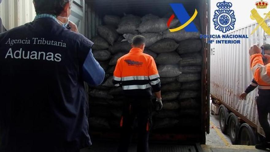Desarticulan una red de narcos que introducía cocaína oculta en carbón