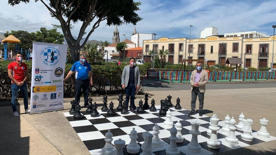 Telde repara un tablero de ajedrez gigante en el parque de San Juan