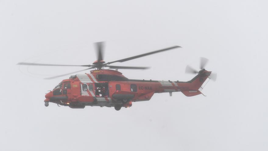 Salvamento traslada a A Coruña a un tripulante, enfermo, de un barco