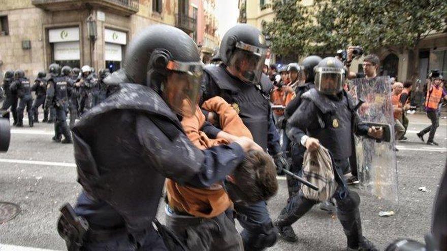 Absolt el jove independentista de la dessuadora taronja arrestat a la Via Laietana per la Policia Nacional