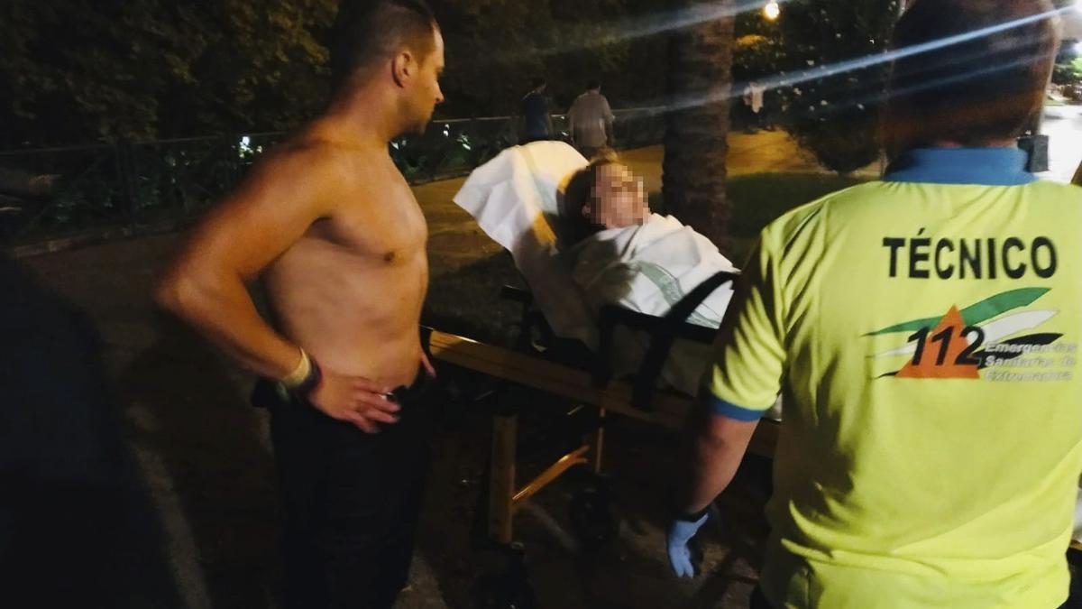 El agente Adilo Molinero junto a la mujer tras ser rescatada del río.