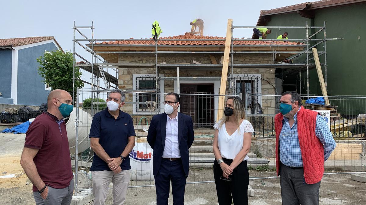 La consejera, junto al alcalde, con vecinos, ayer, durante su visita a Ribadedeva.