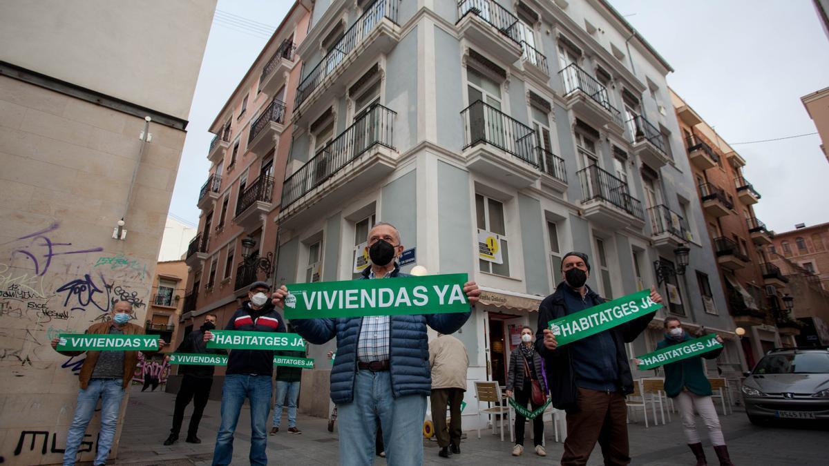 Protesta de Amics del Carme contra la escasez de vivienda en el barrio y contra los apartamentos turísticos ilegales