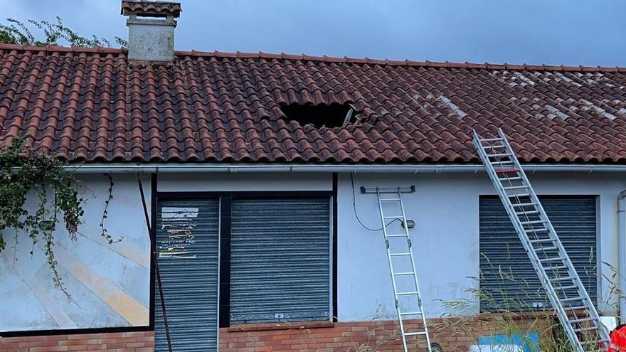 La propietaria de una casa de Vilaboa atribuye a un rayo los daños en su tejado