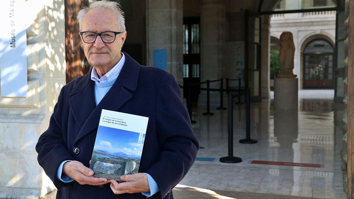 Juan Manuel Muñoz Gambero, esta semana con su obra de investigación, delante del Museo de Málaga.