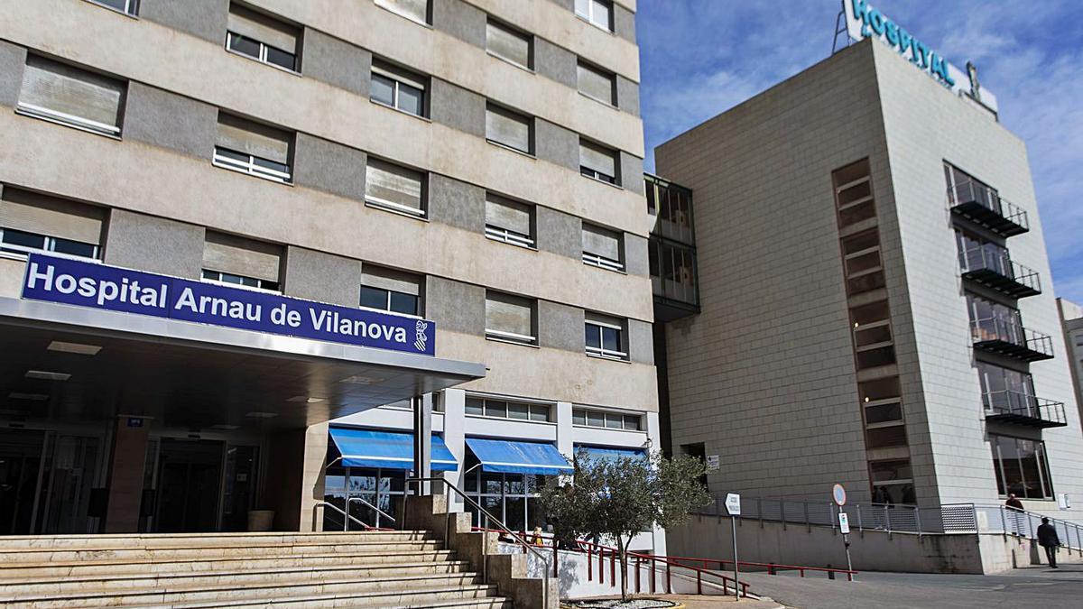 Entrada principal del Hospital Arnau de Vilanova en una imagen de archivo.  | LEVANTE-EMV
