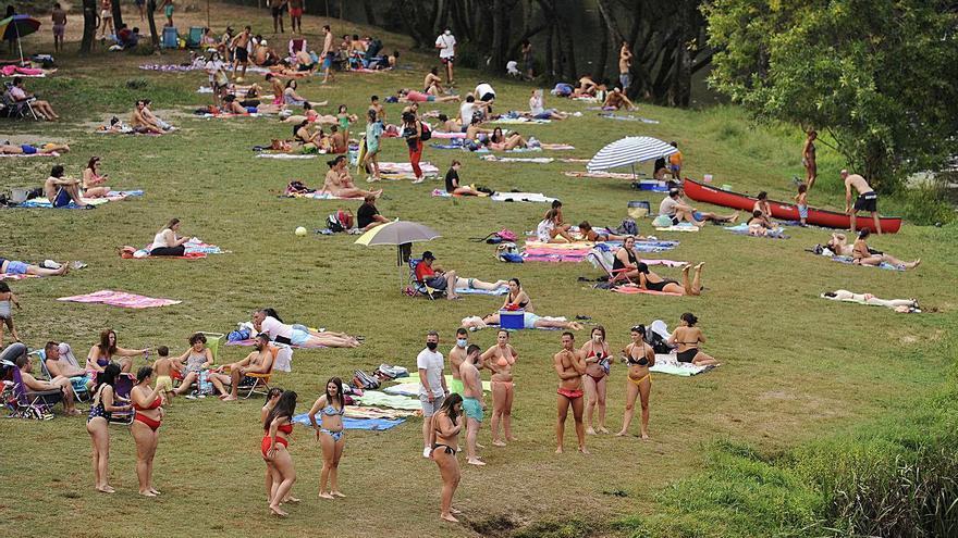La playa de A Praíña ultima la apertura de la temporada con nuevas instalaciones