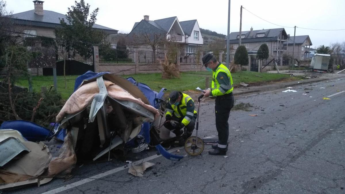 Agentes de la Guardia Civil examinan la cabina del camión.