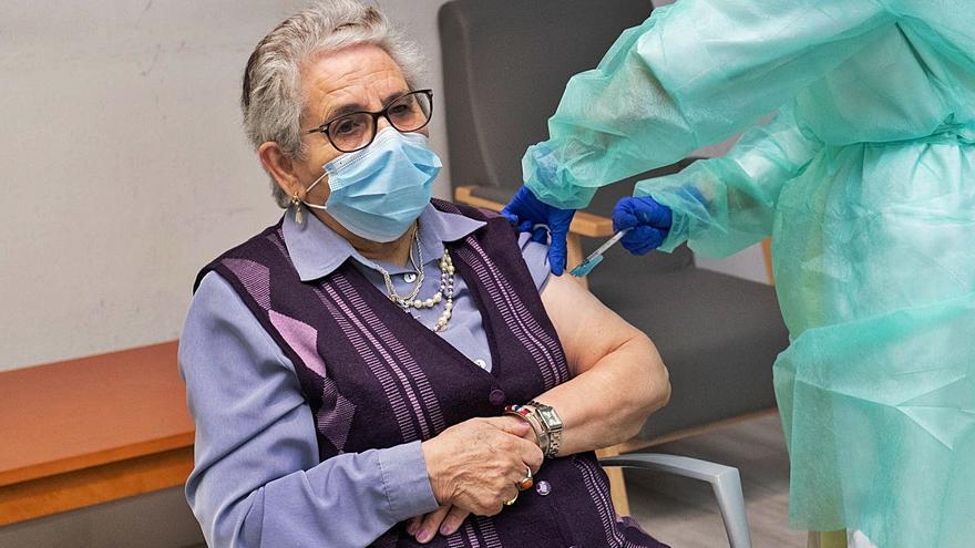 El Sergas comienza la administración de la segunda dosis de la vacuna en residencias