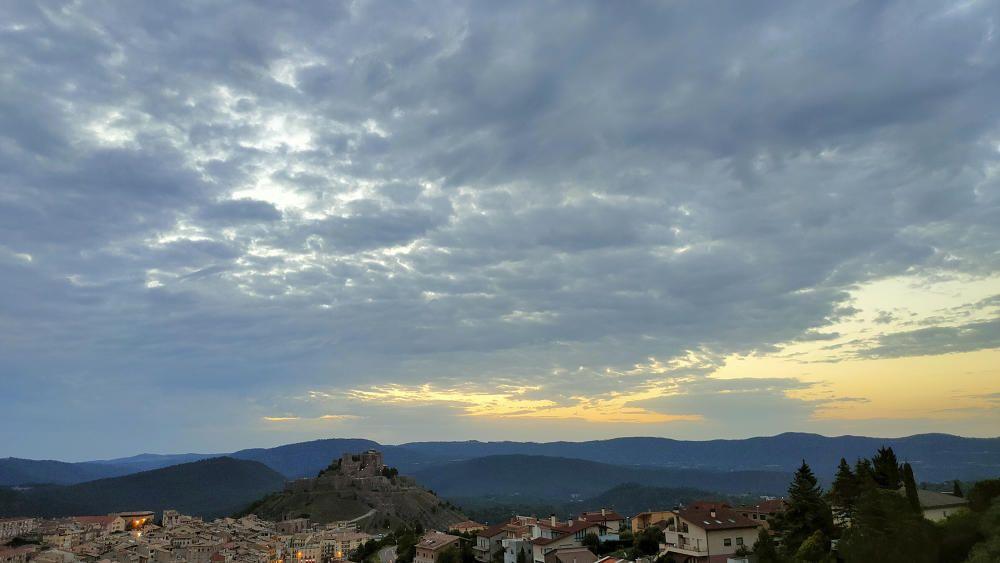 Cel carregat de núvols a Cardona.