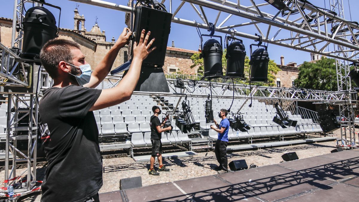 Los operarios ultiman el montaje del escenario principal de Las Veletas, este miércoles.