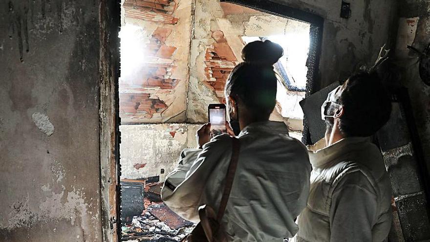 Un grave incendio obliga a desalojar a una decena de familias en un edificio de la calle Santa Doradía