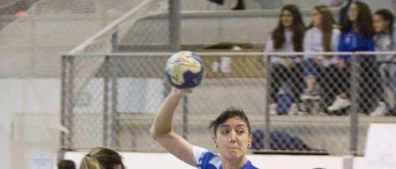 Estefanía Parapar intenta lanzar obstaculizada por dos jugadoras del Balonmano Gijón.