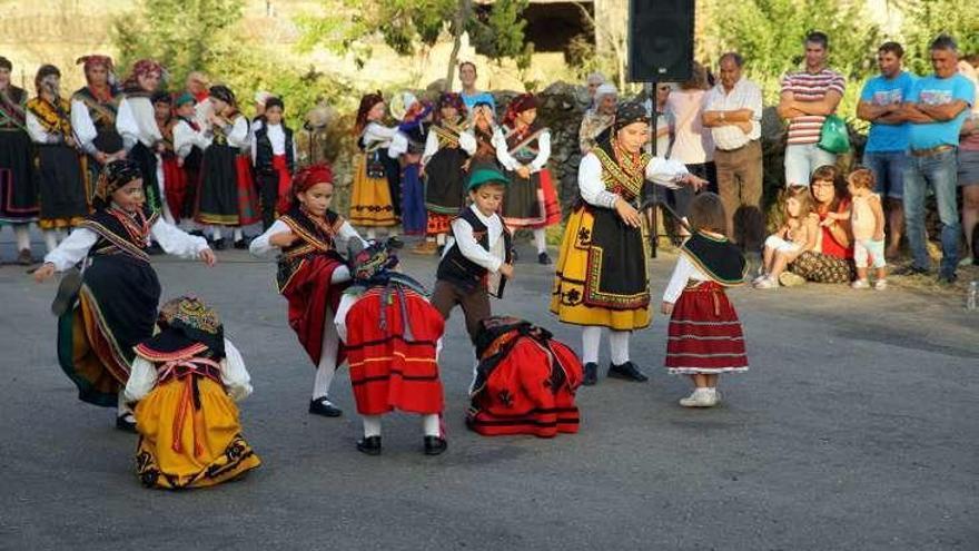 Los más pequeños durante la muestra de baile tradicional.