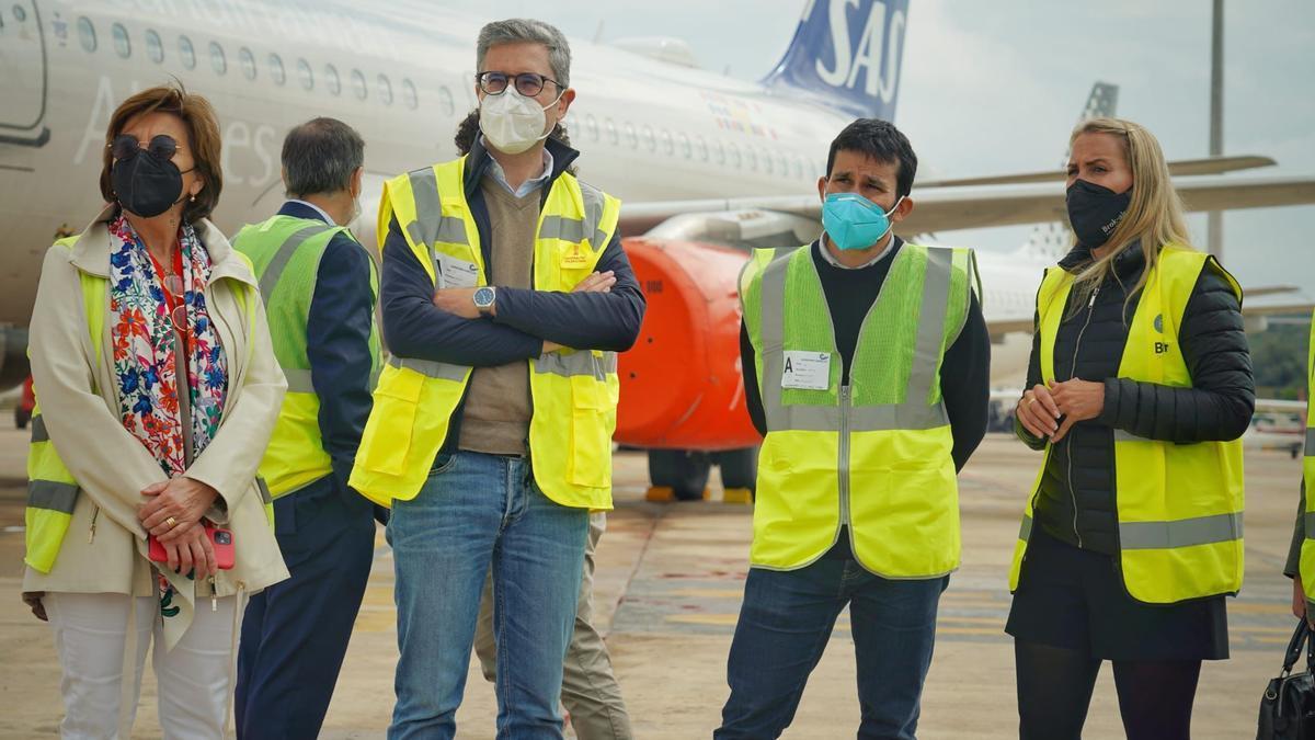 El conseller de Educació, Vicent Marzà, y el conseller de Política Territorial, Obres Públiques i Mobilitat, Arcadi España, en el aeropuerto de Castellón.