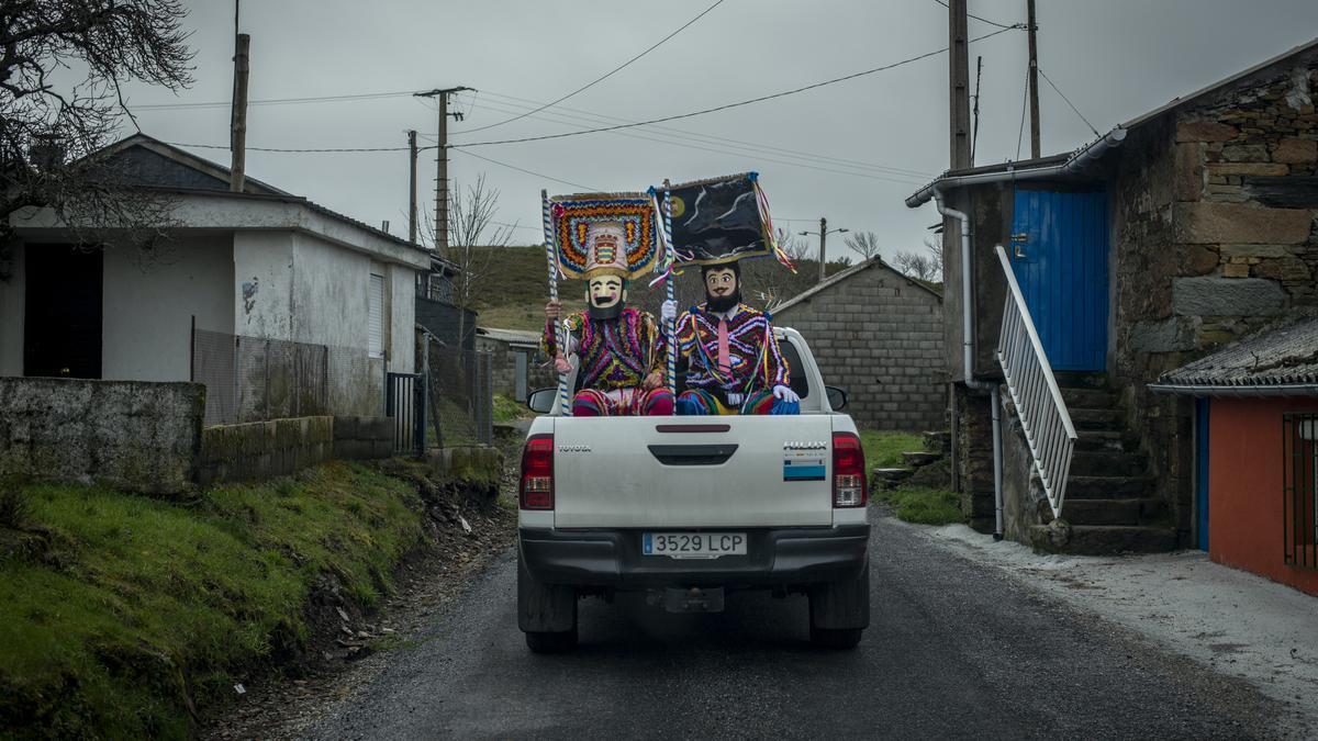 Dos boteiros, llegando a una aldea de Vilariño de Conso a bordo de un todoterreno. // BRAIS LORENZO