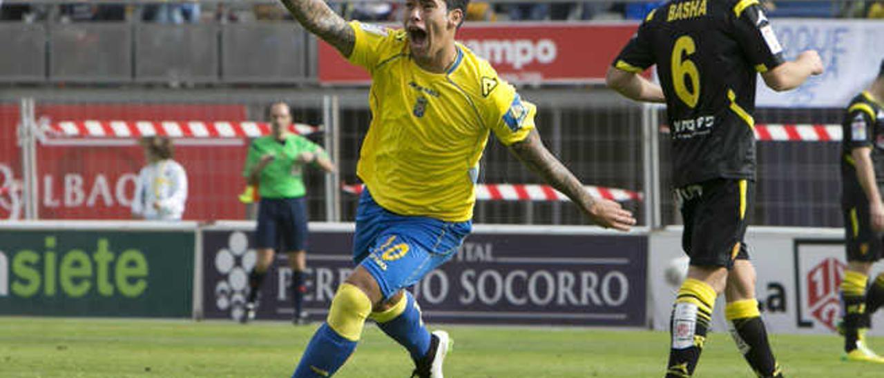 El delantero de la UD Sergio Araujo celebra su primer tanto al Zaragoza, el 11 de enero en el Gran Canaria.