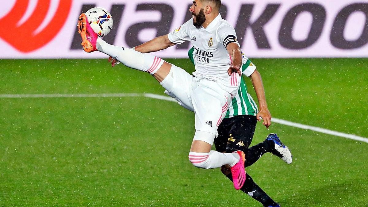 Benzema trata de controlar un balón en el encuentro de ayer.    // EFE
