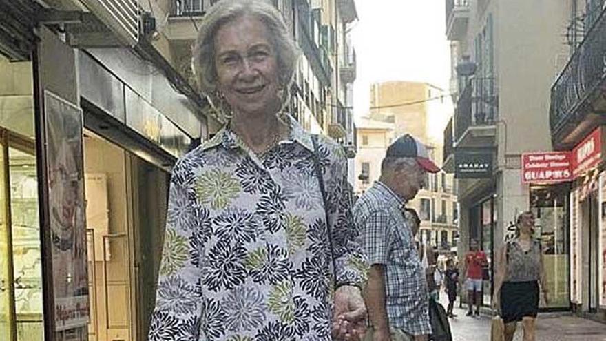 Doña Sofía disfruta de una tarde con amigos en el centro de Palma