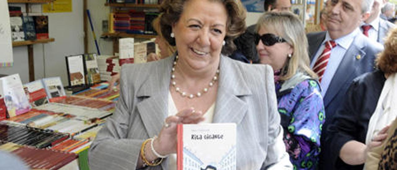 Barberá, en la Fira del llibre, con el libro infantil «Rita Gigante», de una colección de M. Valverde.