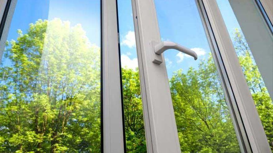 El mejor truco para limpiar los cristales de casa y que reluzcan los días de sol