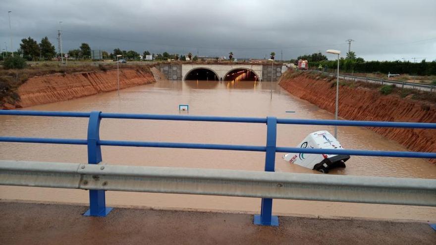 Rescate de un conductor en el túnel de la AP7 en Pilar de la Horadada