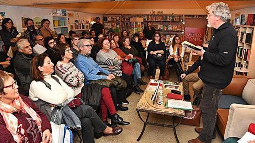El escritor Manuel Rivas celebra el 25º aniversario de su obra 'En salvaxe compaña'