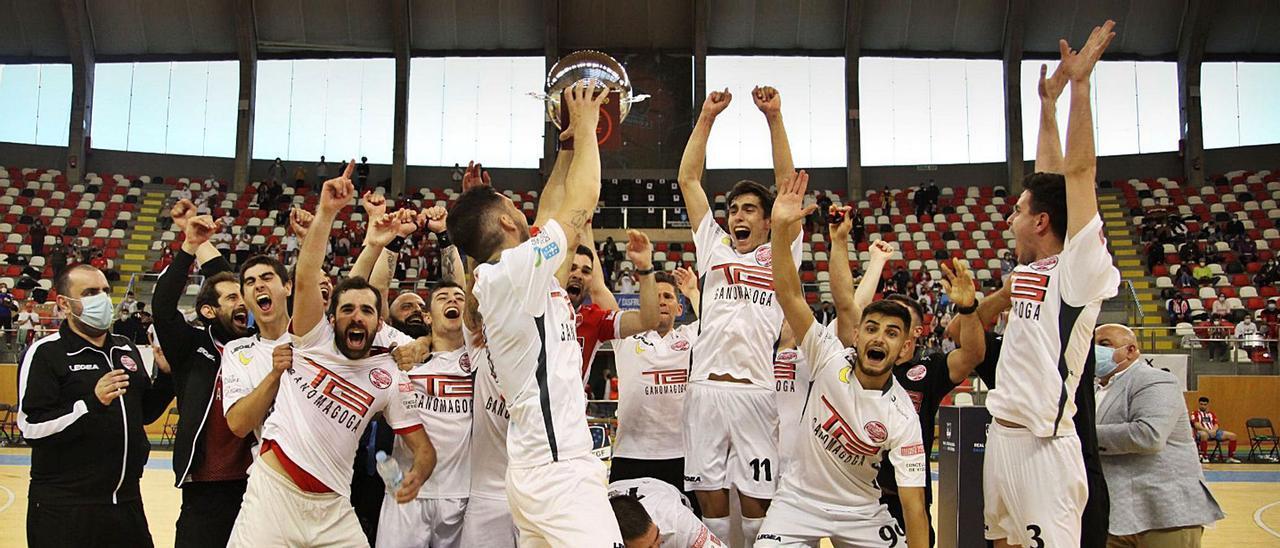 Jugadores y técnicos del Ganomagoga celebran el ascenso y el título de Tercera en el pabellón de Riazor.