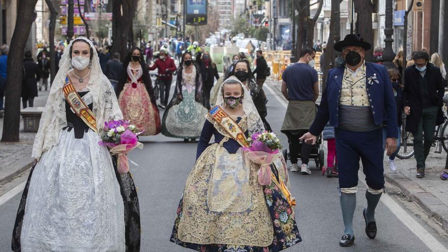 Las fallas y una manifestación llenan la Plaza de la Virgen en plena pandemia