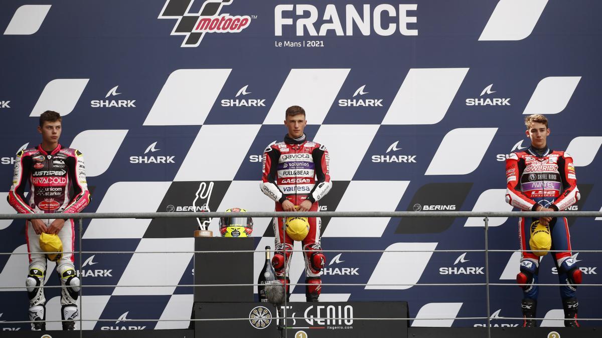 Sergio, en el podio del circuito Bugatti tras ganar la carrera de Moto3
