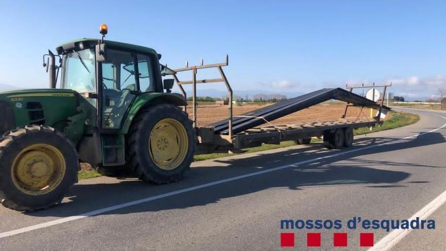 Denunciat el xofer d'un tractor per transportar bigues de ferro amb un remolc a Siurana
