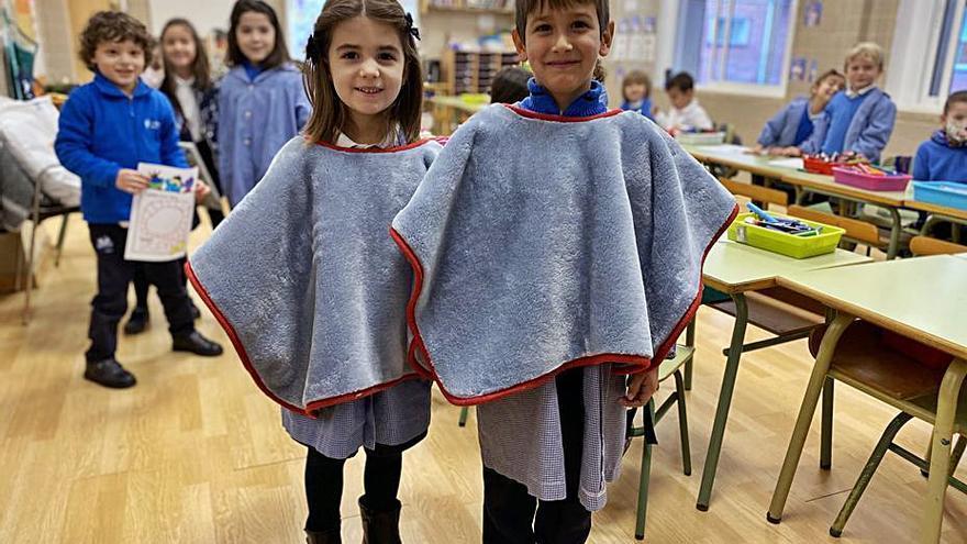 Xàtiva Reparten los primeros ponchos a los alumnos