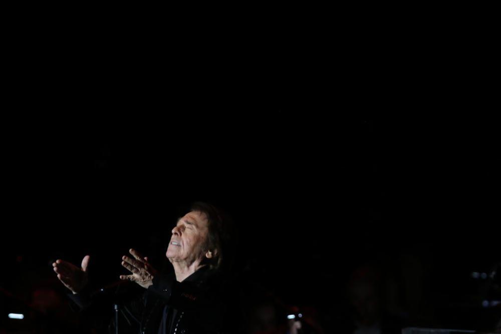 La 'gran noche' de Raphael también fue la de los asistentes a la cantera de Nagüeles, que revivieron con el artista los hits más aplaudidos de su carrera, esta vez con un toque clásico y electrónico a