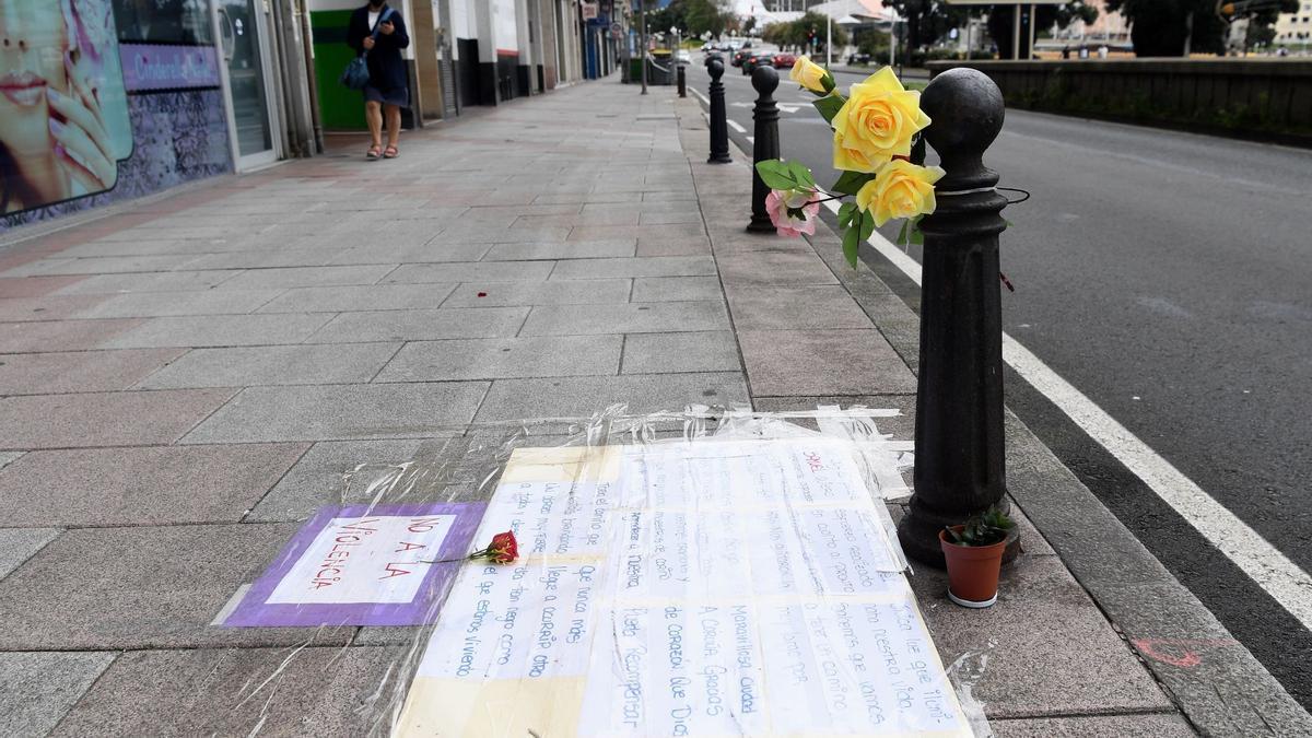 Mensaje del padre de Samuel, pegado en el suelo en el lugar donde sufrió una paliza mortal.