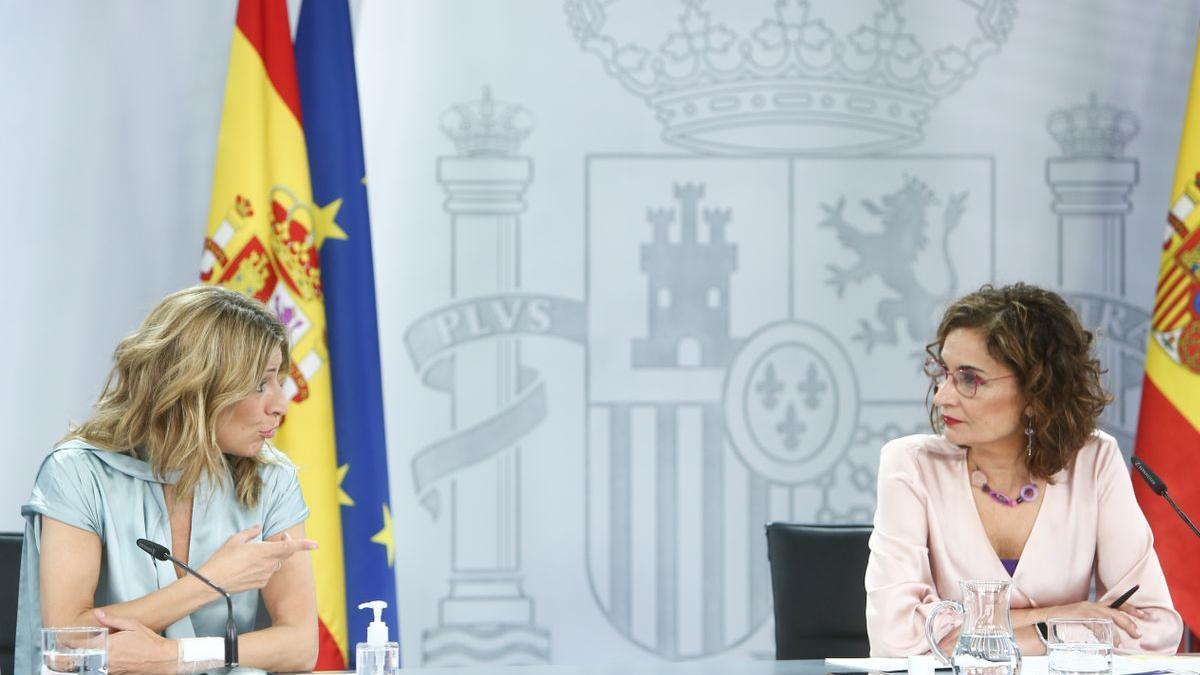 La portavoz del Gobierno, María Jesús Montero, con la vicepresidenta tercera, Yolanda Díaz.