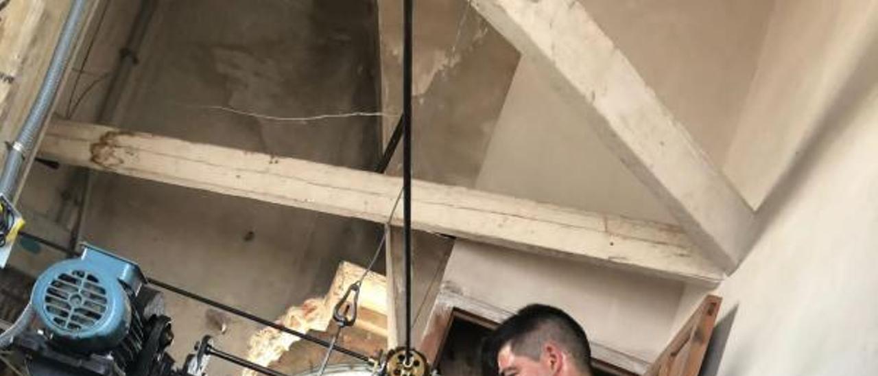 El relojero Francsico González reparando el reloj. | LEVANTE-EMV
