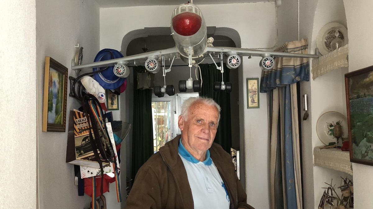 El miajadeño posa en su casa junto a su avión más preciado.