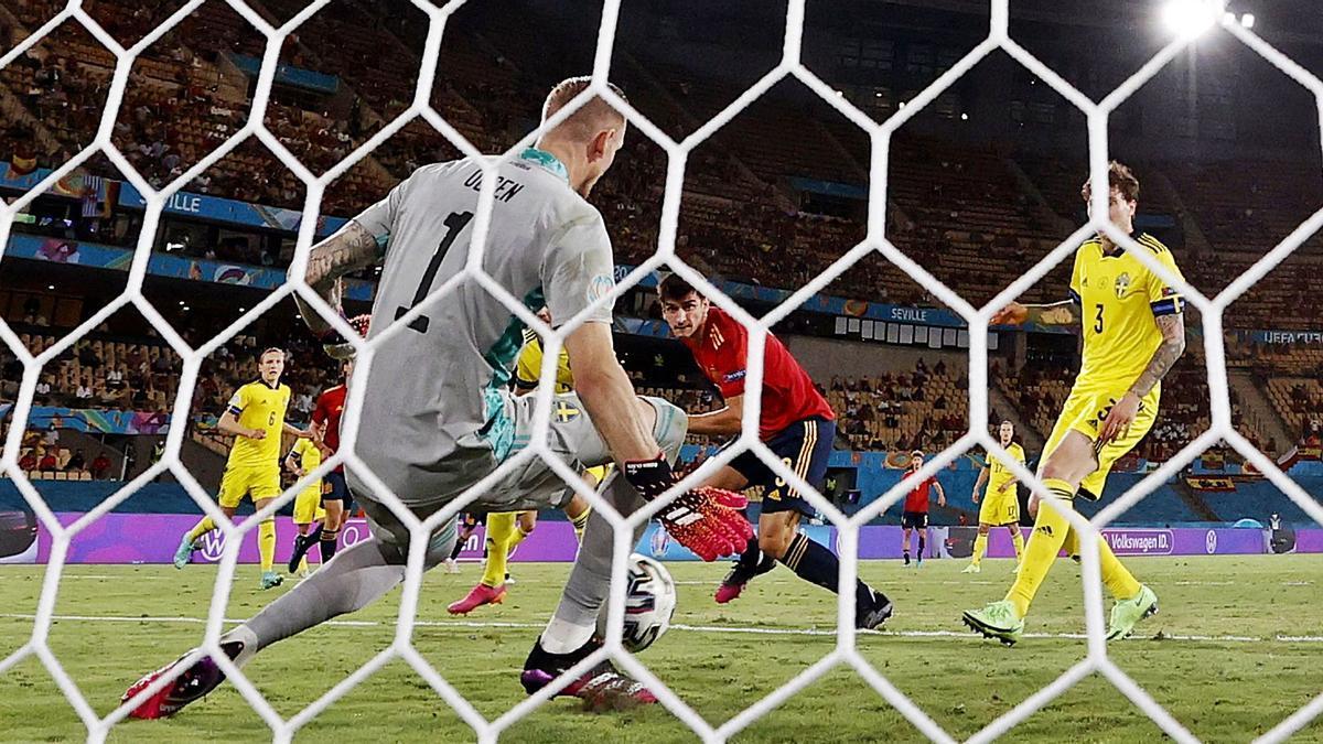 Olsen saca con el pie la ocasión de Gerard Moreno en los últimos minutos del partido. |  // EFE