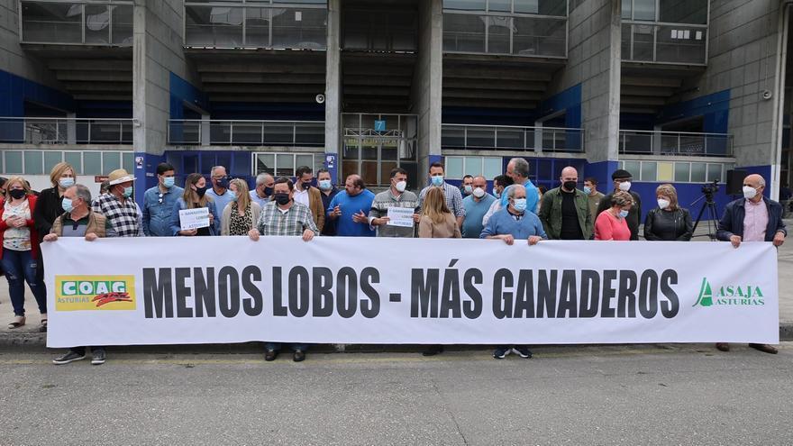 """Los ganaderos """"rugen"""" para espantar al lobo en su protesta en Oviedo"""