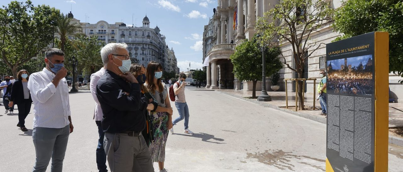 El monolito ya luce en la Plaza del Ayuntamiento