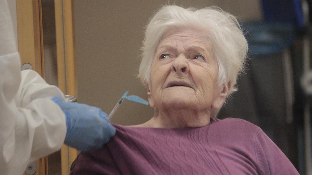 Un usuaria de DomusVi Aldán recibe la segunda dosis de la vacuna