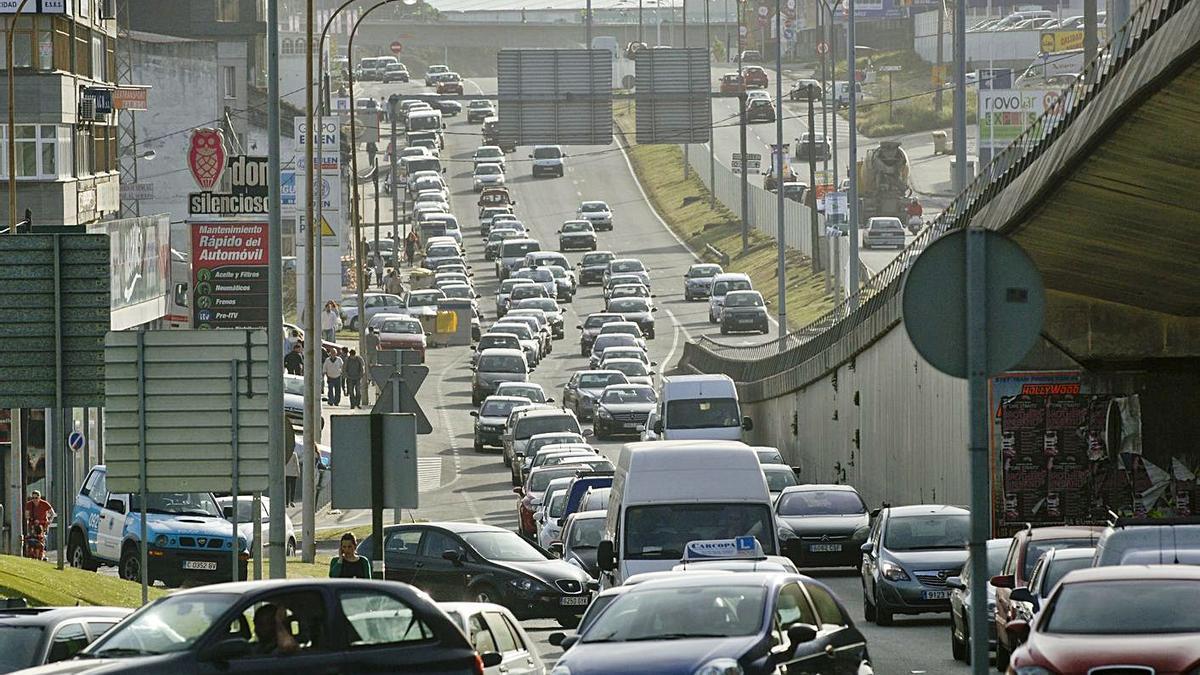 Colas de vehículos en uno de los accesos al polígono de Agrela.     // VÍCTOR ECHAVE