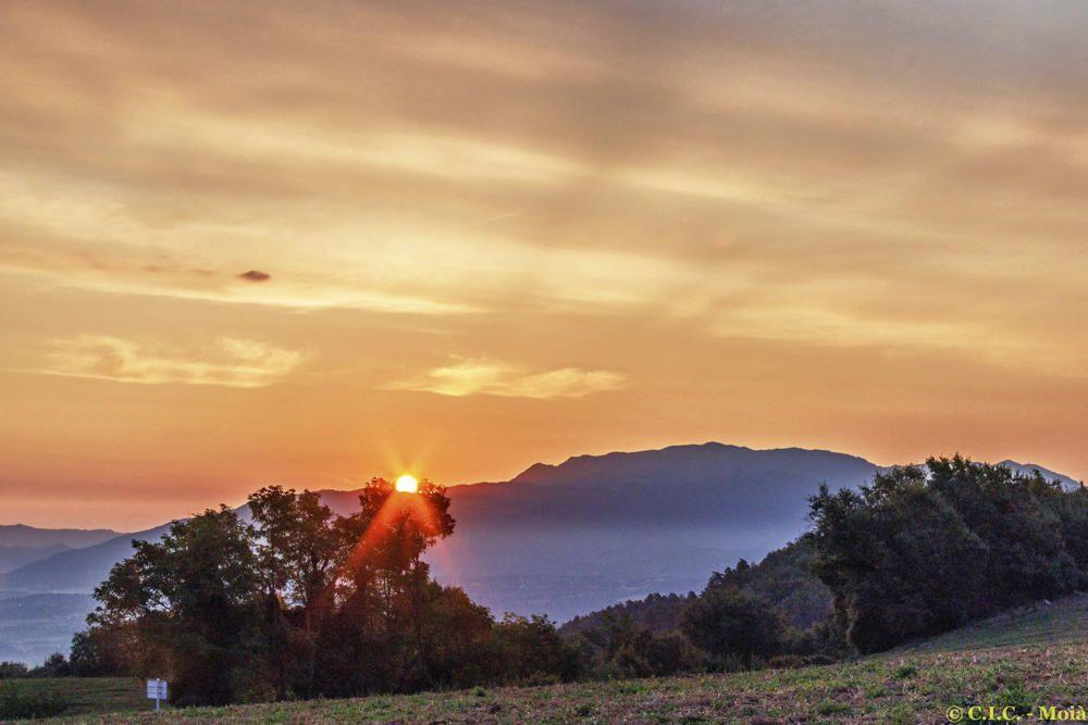 El sol sortint per darrere la muntanya al Moianès.