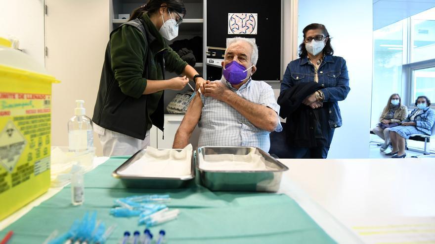 El área comienza la doble vacunación COVID + gripe en los mayores de 80 años