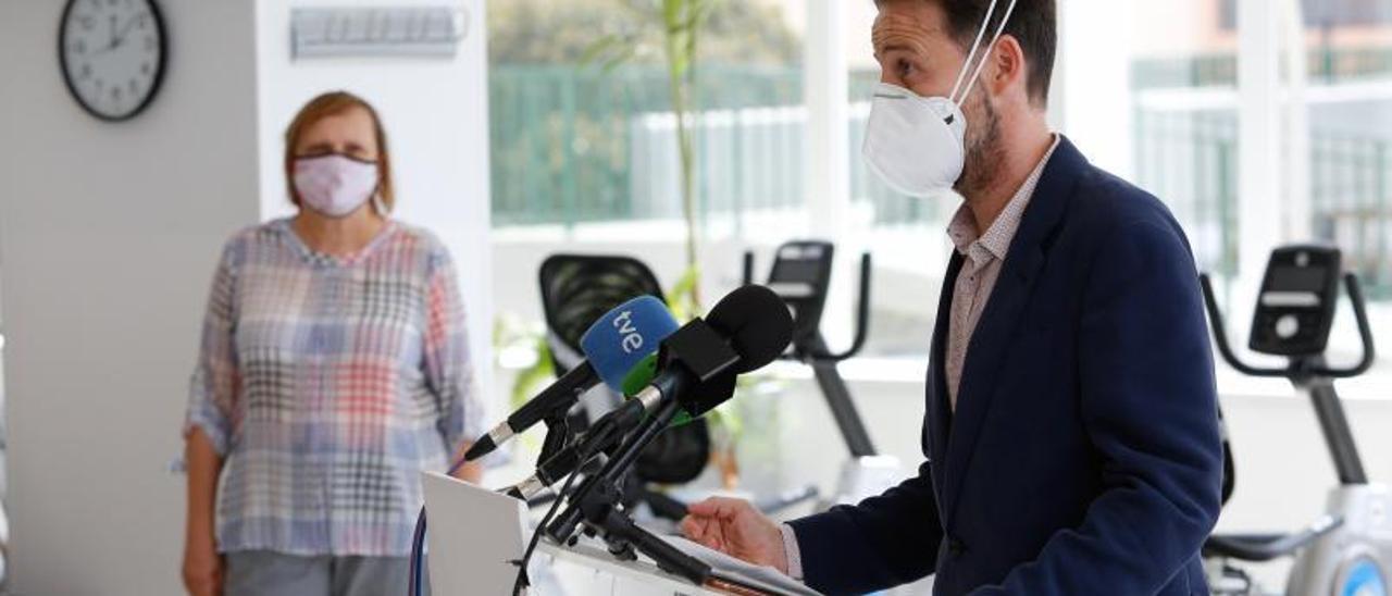 David Medina, gerente del Grupo Policlínica, interviene en la rueda de prensa ante la mirada de Eugènia Carandell.